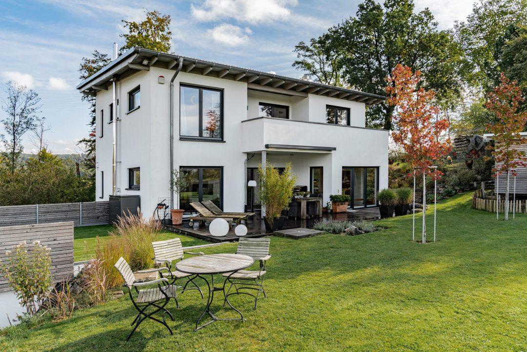 Bauhaus Stil: Fassadenmix Holz und Beton.