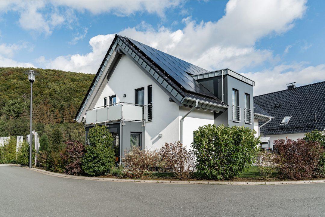 Einfamilienhaus: Mit Solaranlage und Carport.